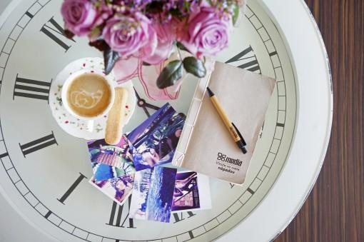 Stôl so zápisníkom na inšpiráciu